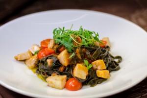 Schwarze Bandnudel mit Schwertfisch, Oliven, Tomaten und Rucola - Kopie