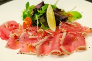 Thunfischcarpaccio leicht angebraten mit Sesam und Salatbouquet - Kopie